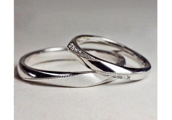 ステッチの入ったリボンをメビウスの輪の様にデザインした結婚指輪