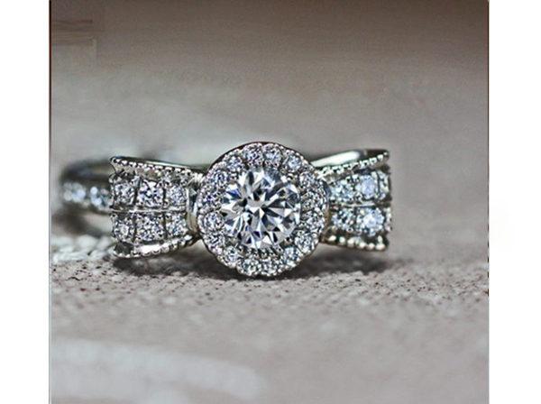 リボンを花をモチーフにデザインされたオーダーメイドの婚約指輪