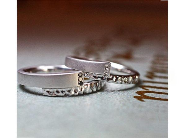 ヘビの様なデザインのテクスチャーが入った結婚指輪ペア