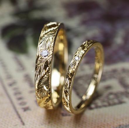 ミモザの葉の模様を手彫りで入れたゴールドの結婚指輪