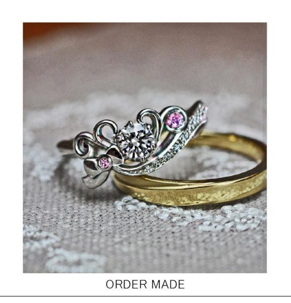 【ティアラ&リボン】にピンクダイヤがアクセントになったの婚約指輪
