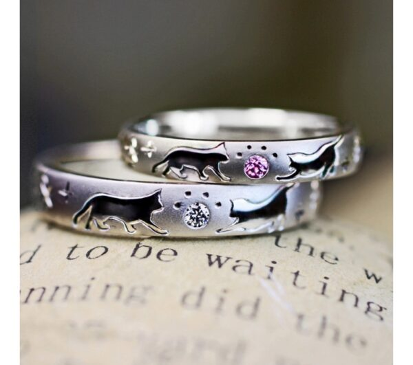 ねこの肉球がデザインされた結婚指輪