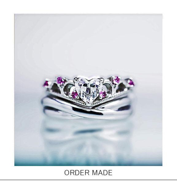 【ハート&ティアラ】にピンクダイヤが添えられた婚約指輪オーダー作品