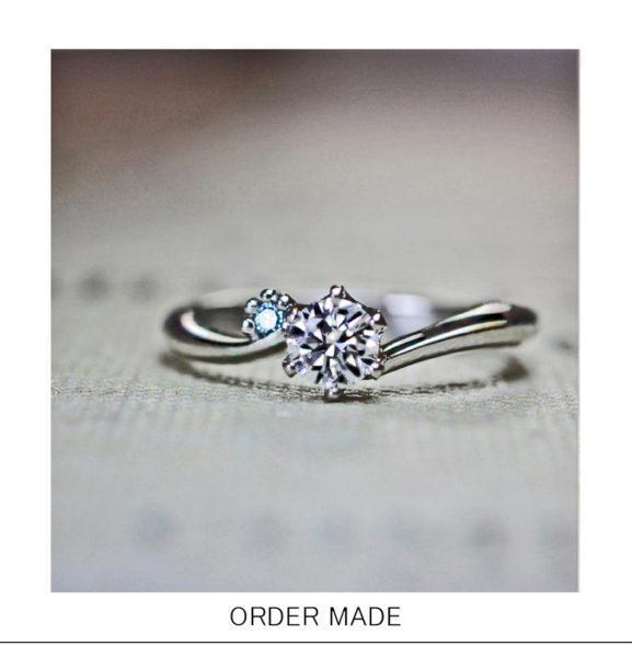【ネコの足跡】がブルーダイヤでデザインされたオーダーメイドの婚約指輪