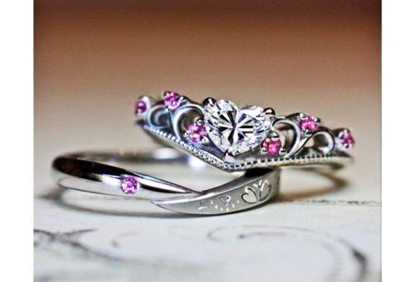 ハートダイヤにピンクが添えられたティアラの婚約指輪オーダー作品