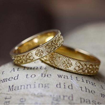 【アート模様】を浮き柄デザインしたゴールドの【個性派】結婚指輪