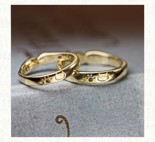 ネコが薬指にハグしているような デザインの結婚指輪