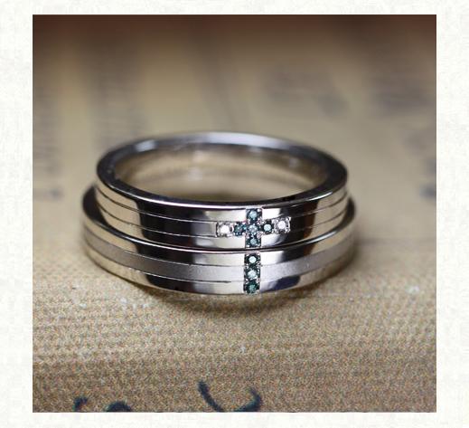 ねてブルーダイヤモンドの 青い十字架をつく結婚指輪 3