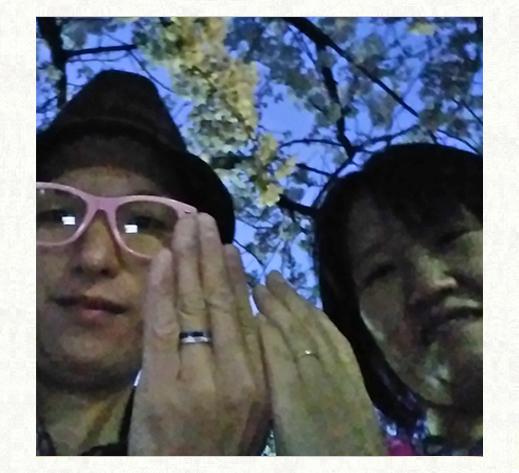 ピンク&白のネコがクローバーでキスするオーダーメイドの結婚指輪を付けたお客様