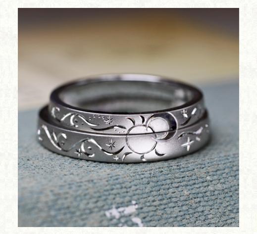 結婚指輪を2本重ねて月と太陽をつくる