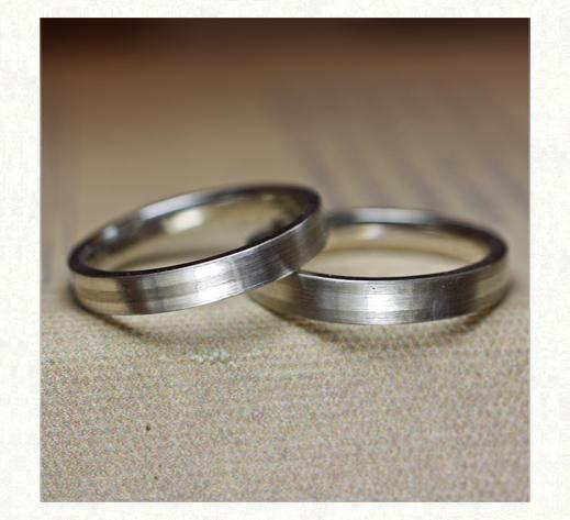 白とグレーのモノトーンデザインの結婚指輪 1 千葉・柏 ヨー&マーレ