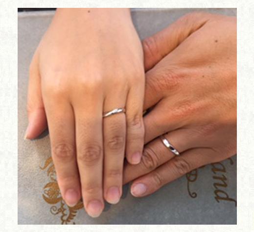 結婚指輪の内側でつくった太陽リングをつけたお客様の手 千葉・柏 ヨー&マーレ