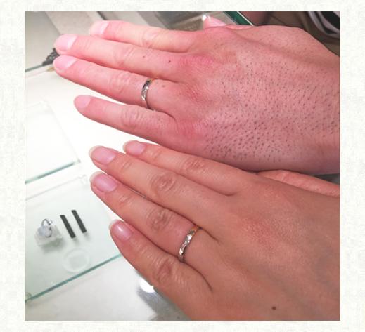ゴールドとプラチナをセンターで繋いだ オーダーメイドの結婚指輪を薬指に
