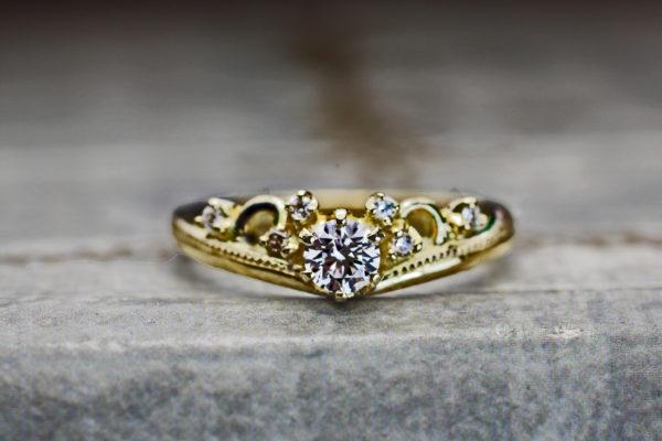 ティアラデザインのゴールド婚約指輪