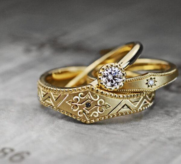 【ゴールドのビンテージ系模様】の結婚指輪と婚約指輪のオーダー作品