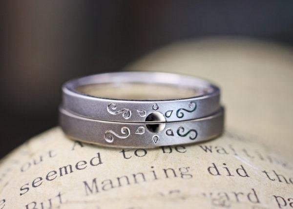 結婚指輪を2本重ねて太陽の模様を作ったオーダーリング
