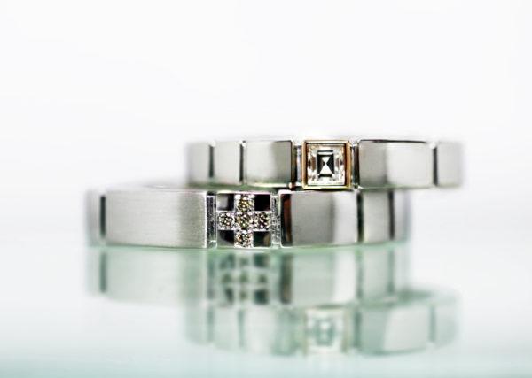 四角いスクエアーシェイプのダイヤを使った結婚指輪