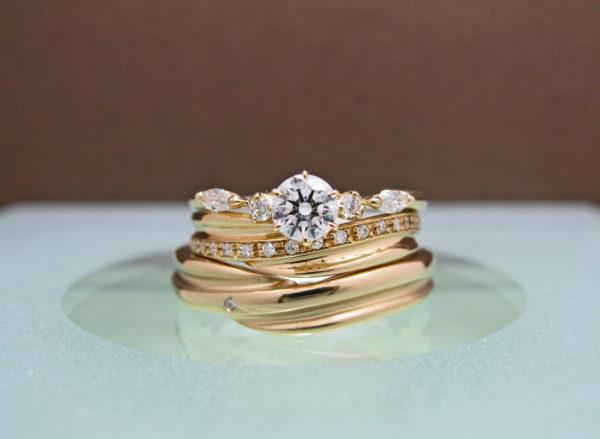 S様が千葉・ 柏でオーダーメイドしたゴールドの婚約指輪と結婚指輪の3本セットリング・オーロラ