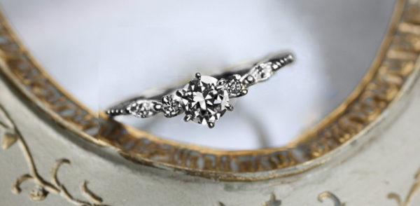 真っ直ぐなストレートラインの婚約指輪・オルゴール