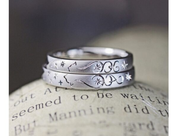 『ネコのシッポで描いたイニシャル】模様の結婚指輪オーダー作品