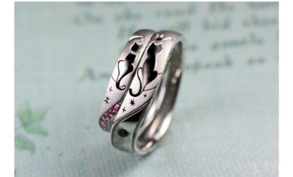 ネコのカップルがシッポでハートをつくった結婚指輪