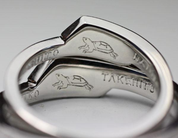 結婚指輪の内側に入れたカメの模様