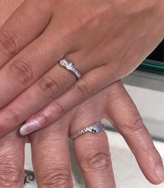 結婚指輪・スネークをオーダーメイドしたお二人の指に