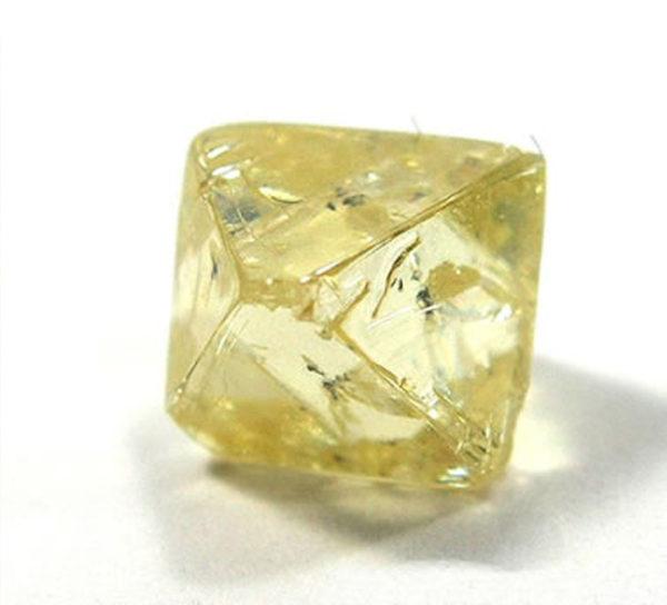 地中から採掘されるダイヤモンドの原石