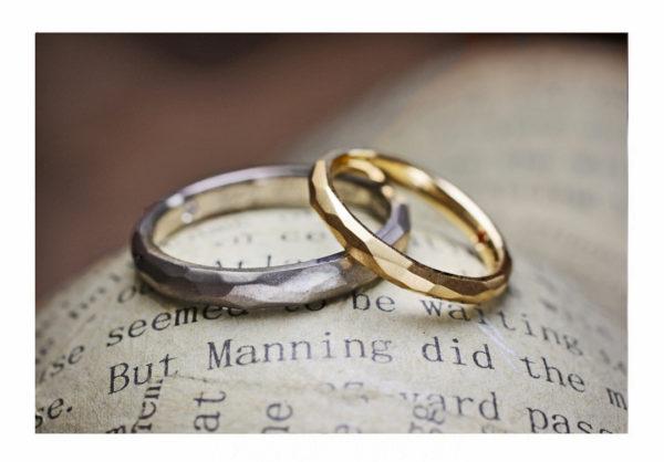 ゴールドとグレーのテクスチャー系結婚指輪