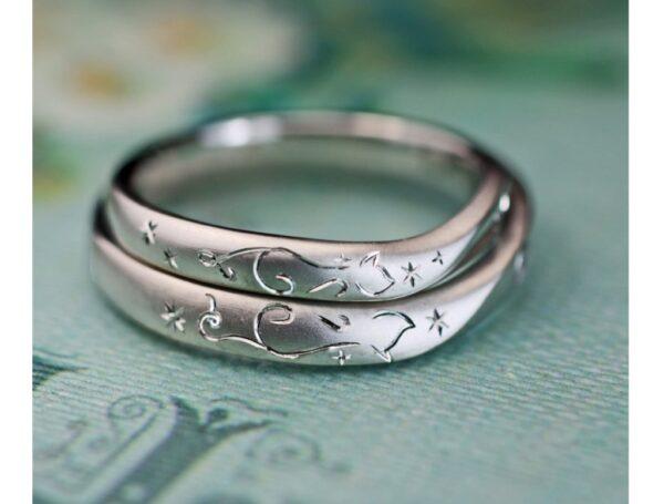 二匹のネコが向かい合わせでハートを作った結婚指輪のオーダーリング
