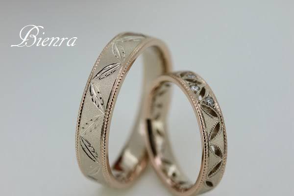 葉の形にデザインされた柄を入れた結婚指輪