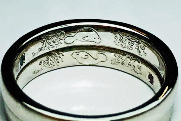 結婚指輪の内側にマナティと藤の花を手彫りで入れた