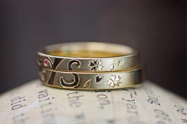 ゴールドの結婚指輪で作った太陽とイニシャルマークのオーダーリング 2