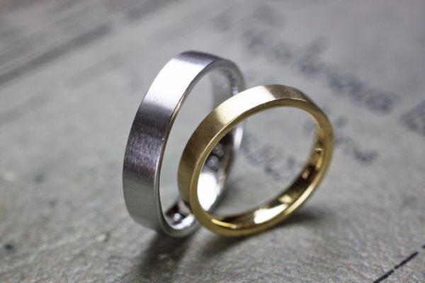 シンプルなゴールドとプラチナの結婚指輪
