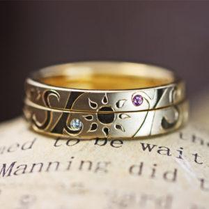 ゴールドの結婚指輪で作った太陽とイニシャルマークのオーダーリング