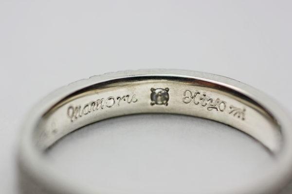 キラキラのシュガーテクスチャーの結婚指輪の内側デザイン