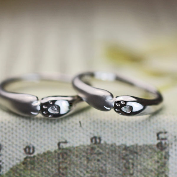 ネコがハグするデザインにオーダーメイドしたプラチナ結婚指輪