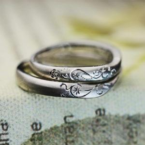 2本重ねてイニシャルTとYのハートを作るオーダーメイドの結婚指輪