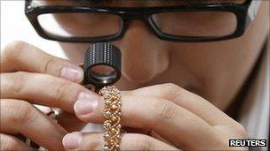 最終検品にて婚約指輪の引っかき傷やへこみなどがチェックされます。