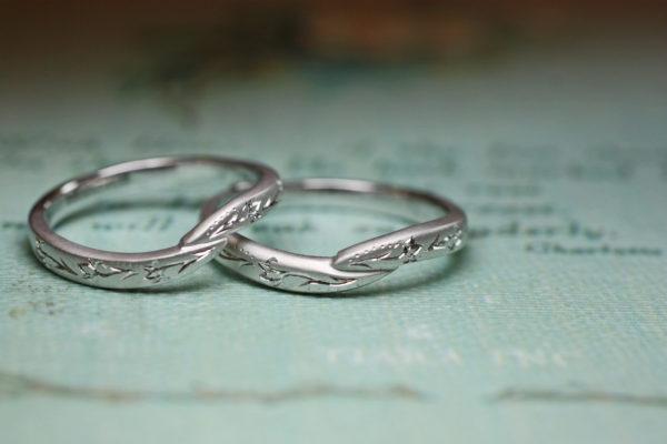 柄がウェーブしたデザインで結婚指輪をオーダーメイド