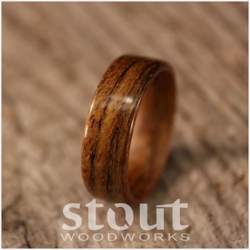 トロピカルオリーブウッドを使用した木製手作りのオーダーメイド結婚指輪。