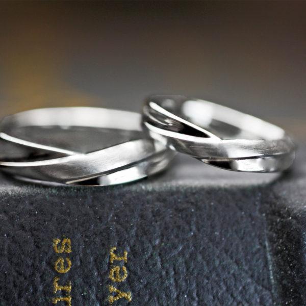 絵梨加と樹はオーダーメイドの結婚指輪の内側に漢字で名前を入れて