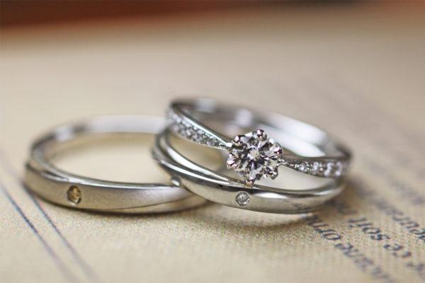 婚約指輪と結婚指輪を重ねるプラチナセットリング