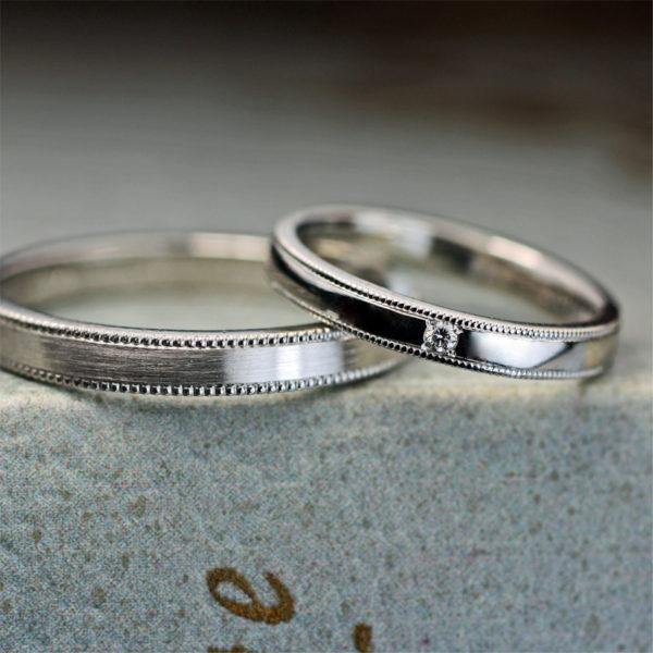 シンプルなプラチナの結婚指輪の内側に世界地図を