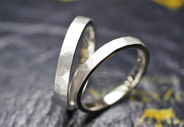 槌目ハンマードと艶消しマットを組み合わせたプラチナ結婚指輪