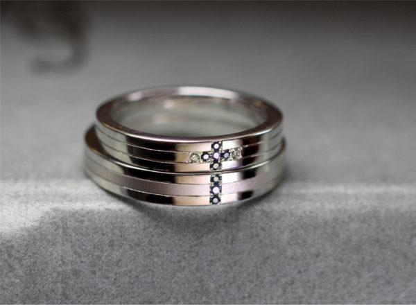 ブルーダイヤで青い十字架をふたりの結婚指輪でつくる