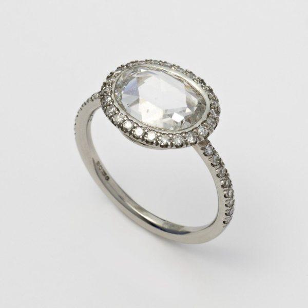 ローズカットのダイヤモンドにはアンティークなテイストのデザインがより輝きます。