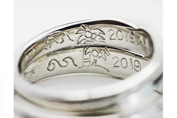 結婚指輪を重ねて南の海のヤシの木を入れる
