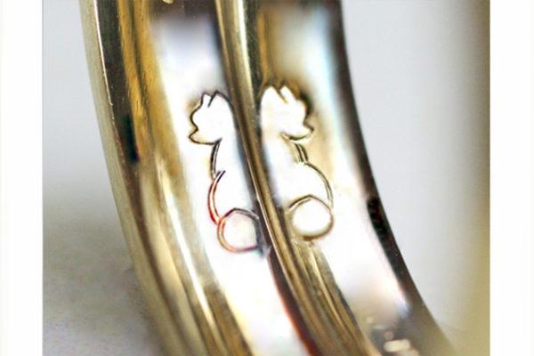 結婚指輪の内側にポメラニアンの子犬をいれる
