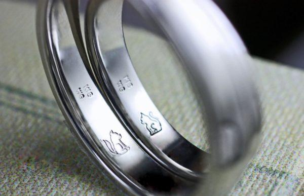 結婚指輪の内側でネコとワンちゃんが向かい合うリングをオーダーしたE様千葉、柏